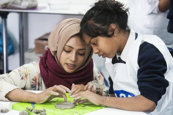 SKAPE: Levende historieformidling i workshop hvor elevene både får håndtere autentiske gjenstander, og lage sine egne lysestaker i leire. ILLUSTRASJONSBILDE: © MUSEUM OF LONDON