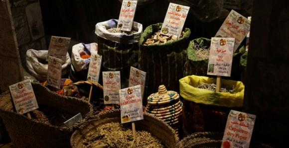 LUKTE: Utstillingen «Nablus – en okkupert by» blir elevene bedre kjent med Stavangers palestinske vennskapsby. Her får de blant annet gå på oppdagelsesferd i markedet, og kjenne på lydene, luktene og smakene av Nablus. FOTO: Ove Magnus Bore, MUST.