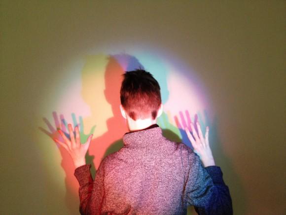 SE PÅ FARGER: Utstillingen Chromophilia på Stavanger kunstmuseum – en utstilling om farger i kunsten. Hva er egentlig farge og hva skjer når vi ser på farger? FOTO: MUST, Ingrid Lise Tjemsland.